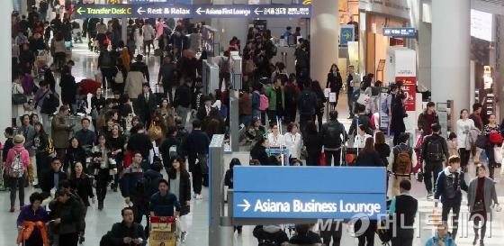 닷새간의 설 연휴 마지막 날인 10일 오후 인천국제공항 입국장이 이용객들로 붐비고 있다.<br><br>인천국제공항공사는 설 연휴 전날인 5일부터 9일까지 인천공항 이용객은 78만여명을 기록해 하루 평균 이용객이 역대 최다를 기록하는 등 각종 기록을 줄줄이 경신했다고 밝혔다.
