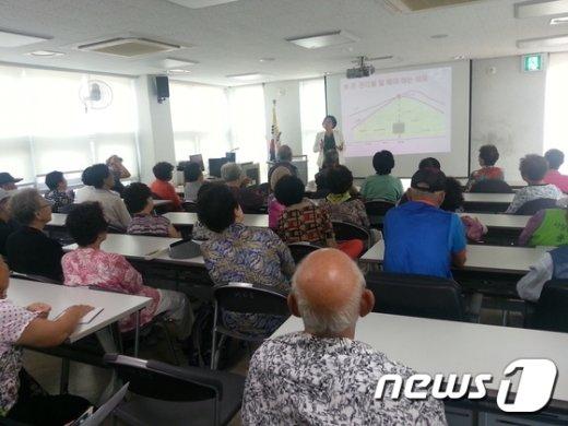 종로구가 주최한 노인 금융.신용회복 교육에서 참석자들이 강연을 듣고 있다. (노원구 제공)© News1