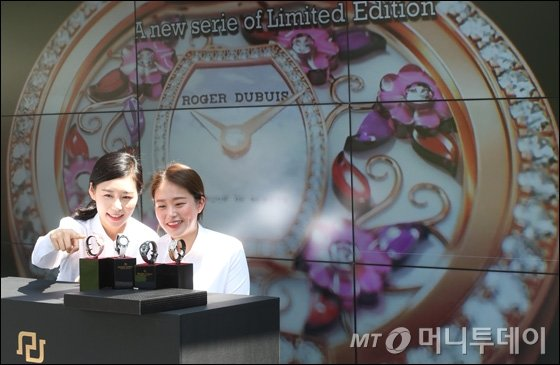 [사진]66개 파라이바 전기석 장식 로저드뷔 '블랙벨벳'