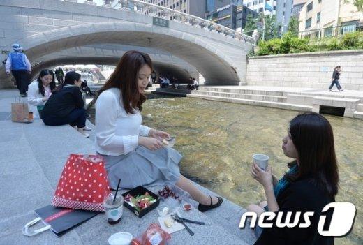 [사진]'청계천에서 점심을'