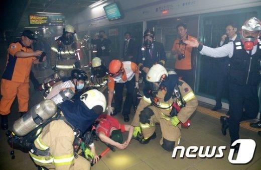 [사진]도시철도공사, 열차 화재 발생상황 대응훈련