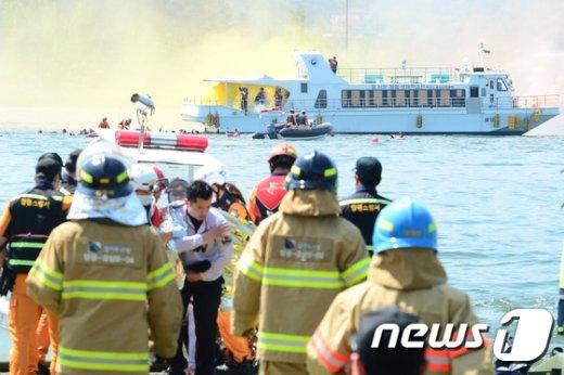[사진]2016년 경기도 재난대응훈련 '선박 충돌 화재 진압 및 인명구조'