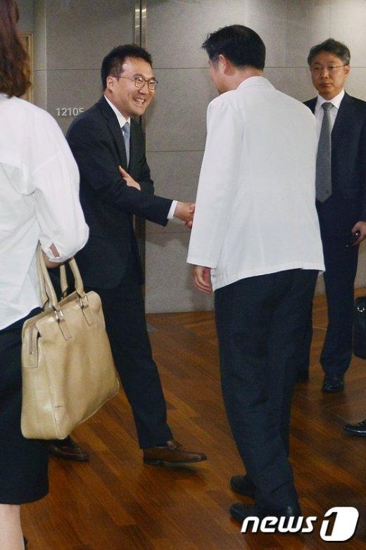[사진]신격호 롯데 총괄회장 의료진 만난 법원 관계자들