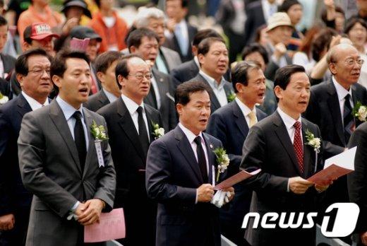 2010년 5.18 서울기념식에서 '임을위한행진곡'을 함께 부르는 오세훈 전 서울시장.(5.18 서울기념사업회 제공)© News1