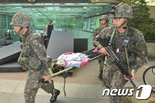 [사진]부상자 이송 '실제 상황이 아닙니다'