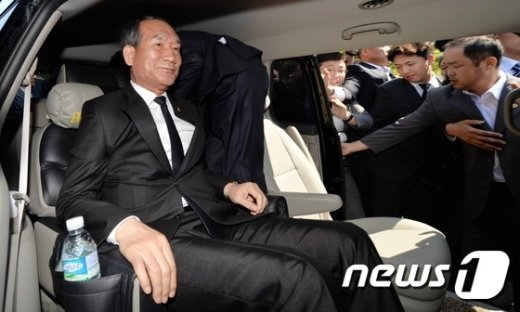[사진]유가족 항의에 쫓겨나는 박승춘