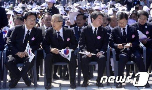 [사진]나란히 앉아 대화하는 김종인-정진석
