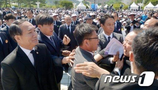 [사진]5.18 유가족 앞에 선 박승춘