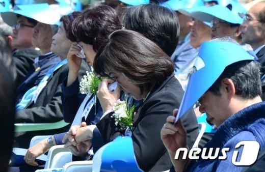 [사진]눈물 흘리는 5·18민주화운동 기념식 참석자들