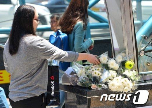 [사진]강남역 '묻지마 살인' 헌화하는 시민들