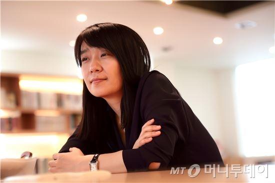 지난 17일(한국시간) 맨부커상을 수상한 작가 한강. /사진제공=창비
