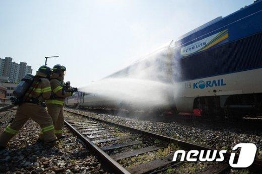 [사진]고속철도 화재 진압 훈련