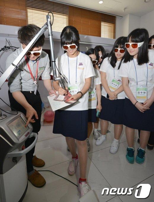 [사진]'2016 K-Girls' Day' 체험 행사', 레이저 치료 시연하는 여학생들