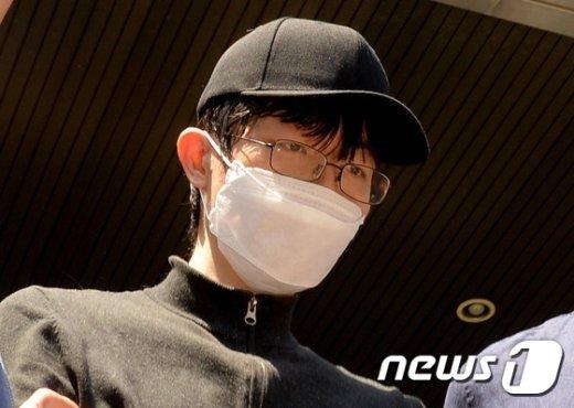 19일 오후 서울 서초경찰서에서 '강남역 묻지마, 살인 사건' 피의자 김모 씨가 영장실질심사를 위해 경찰서를 나서고 있다. 2016.5.19/뉴스1 © News1 황기선 기자