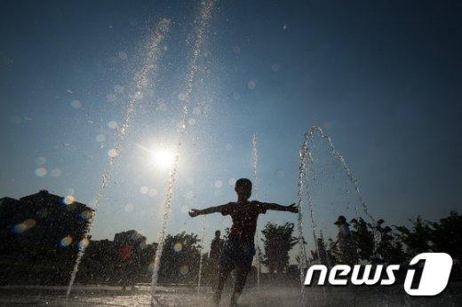 [사진]'반가운 더위'