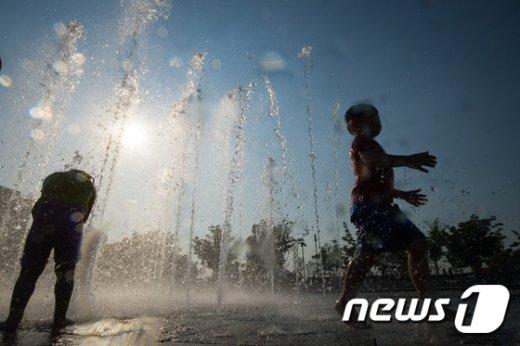 기상청은 금요일인 20일 에도전국이  맑고 더운 날씨가 이어지겠다고 예보했다. 뉴스1 © News1 유승관 기자