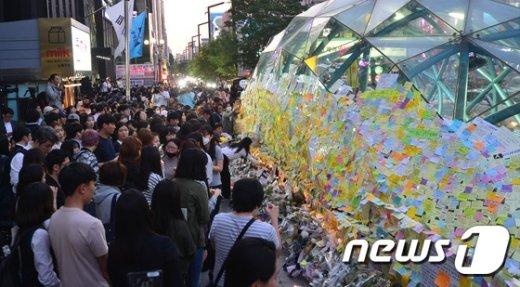 [사진]강남역 10번출구 앞 추모물결