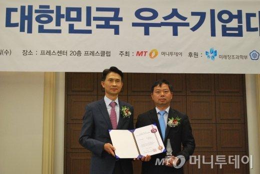 김종하 시큐에이스 대표(오른쪽)가 IT솔루션대상을 받은 뒤 박종면 머니투데이 대표와 기념 촬영을 하고 있다/사진=중기협력팀
