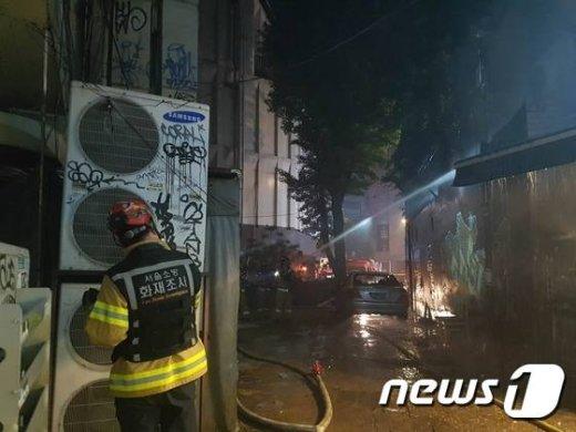 28일 오후 11시 35분께 서울 서교동 홍대앞 카페촌의 한 음식점에서 화재가 발생했다.불이 난 직후 소방차 4대와 경찰이 출동해  진화 작업을 벌이고 있다/ News1=황덕현 기자