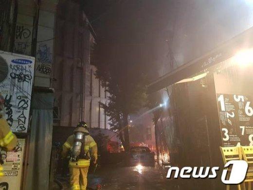 28일 오후 11시 35분께 서울 서교동 홍대앞 카페촌의 한 음식점에서 화재가 발생했다.불이 난 직후 소방차 4대와 경찰이 출동해  진화 작업을 벌이고 있다/ News1=황덕현 기자 © News1