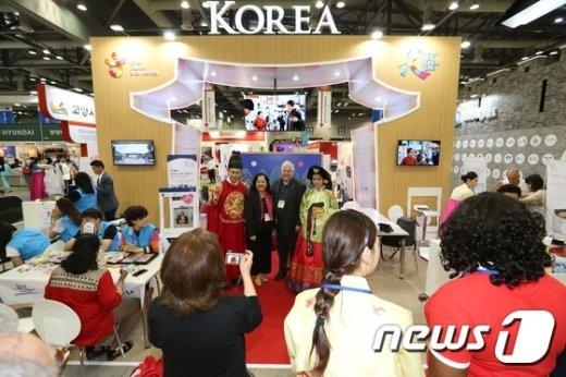 [사진]한국 홍보관 찾은 외국인들
