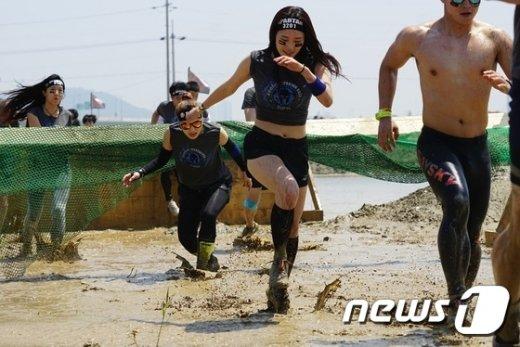 [사진]장애물 넘는 참가자들