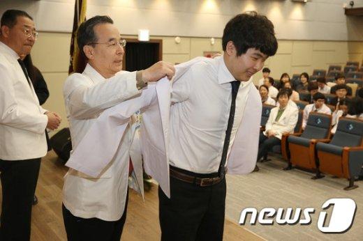 동아대학교 의과대학이 동아대병원 대강당에서 화이트 코트 세레모니(White coat Ceremony)를 개최하고 있다./ 뉴스1 DB© News1