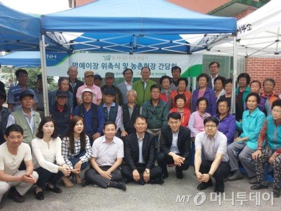 김태환 축산경제 대표이사(맨 뒷줄 오른쪽에서 3번째)가 지난 26일 포천시농업기술센터에서 열린 행사에서 마을주민들과 함께 사진을 찍고 있다./사진제공=농협중앙회