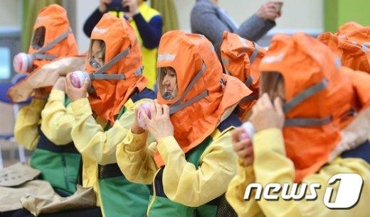 [사진]여성 민방위 대원들 '방독면 착용합니다'