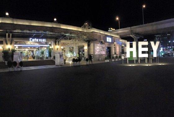 카페 자리 서울역점 밤 풍경. 이외에 선유도역,신도림,카카오 한남오피스,상암동MBC본사 건물에 가면 카페자리를 만날 수 있다.