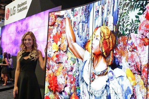 LG전자가 현지 시각 8일부터 사흘간 미국 라스베이거스에서 열리는 세계 최대 AV 전시회 '인포콤 2016(InfoComm 2016)'에 참가했다. 모델이 물결형 올레드 사이니지를 소개하고 있다./사진제공=LG전자