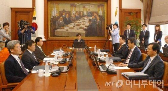이주열 한국은행 총재와 금통위원들이 9일 열린 6월 통화정책회의에 앞서 자료를 검토하고 있다. /사진=이기범 기자