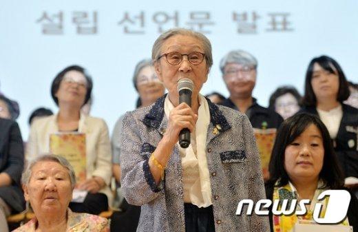[사진]정의기억재단 설립 선언하는 김복동 할머니