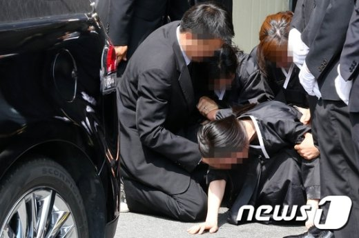 [사진]'구의역 사고'...바닥에 주저앉은 유족