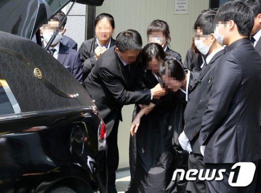 [사진]오열하는 '구의역 사고' 김군 유족들