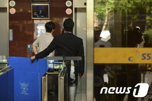 [사진]서울메트로 압수수색 상자 옮기는 경찰