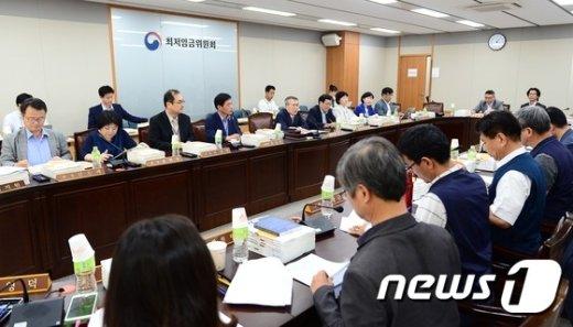 [사진]내년도 최저임금 논의중인 위원들