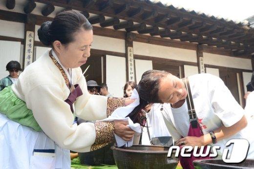 [사진]'한국 창포물 시원해요'