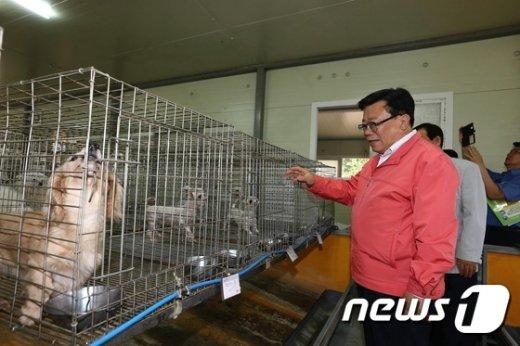 [사진]반려동물 생산농가 찾은 이동필 장관