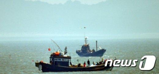 [사진]한강하구 불법조업하는 중국어선 포착
