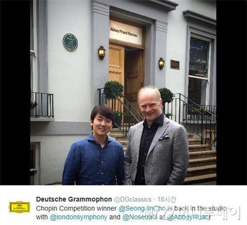 조성진(왼쪽)과 이탈리아 출신 지휘자 자난드레아 노세다. /사진=도이체그라모폰 트위터 캡쳐