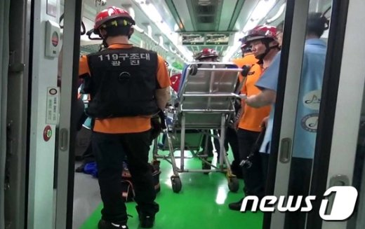 28일 오후 5시55분께 서울 광진구 지하철 2호선 구의역 승강장에서 점검보수작업 중이던 유지보수업체 직원 김모씨가 진입하던 열차와 승강장안전문 사이에 끼어 숨지는 사고가 발생해 소방대원들이 사고를 수습하고 있다. (광진소방서 제공) 2016.5.28/뉴스1