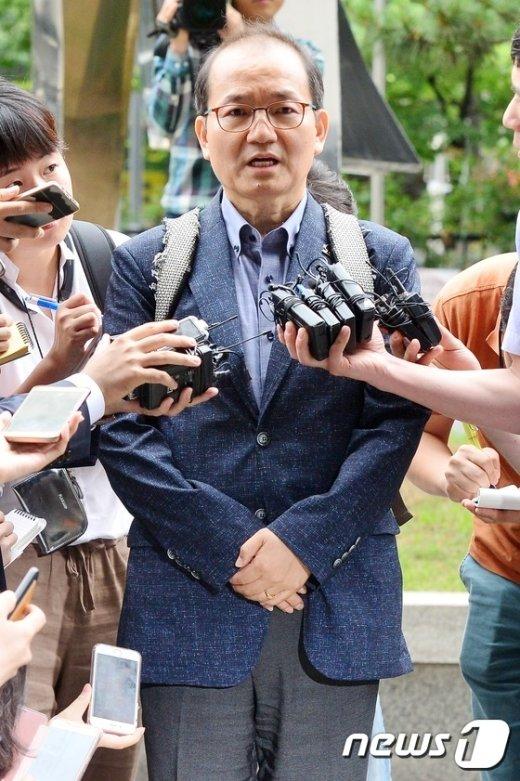 [사진]두 손 모은 왕주현 전 국민의당 사무부총장