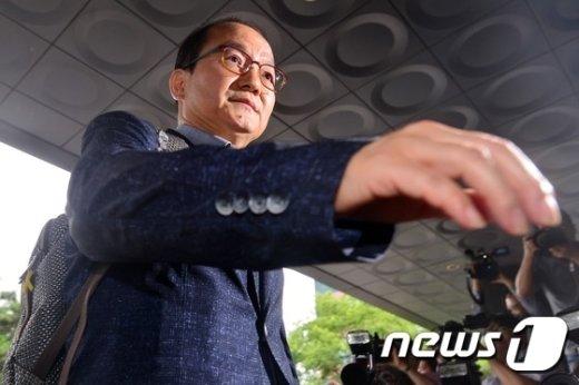 [사진]서부지검 들어서는 왕주현 전 국민의당 사무부총장