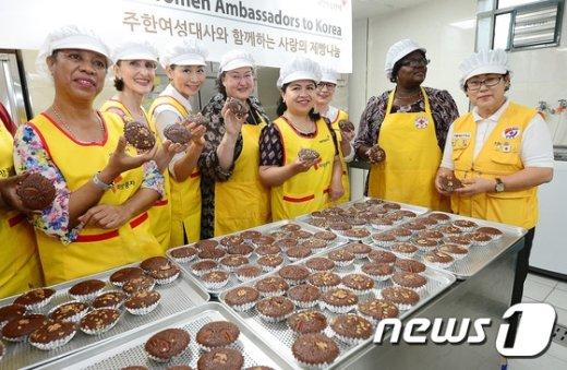 [사진]주한여성대사 '직접 빵 만들어 사랑 나눠요'