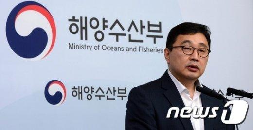 [사진]브리핑하는 세월호인양추진단 부단장