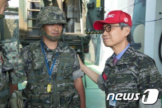 [사진]연평부대원 격려하는 이근면 인사혁신처장