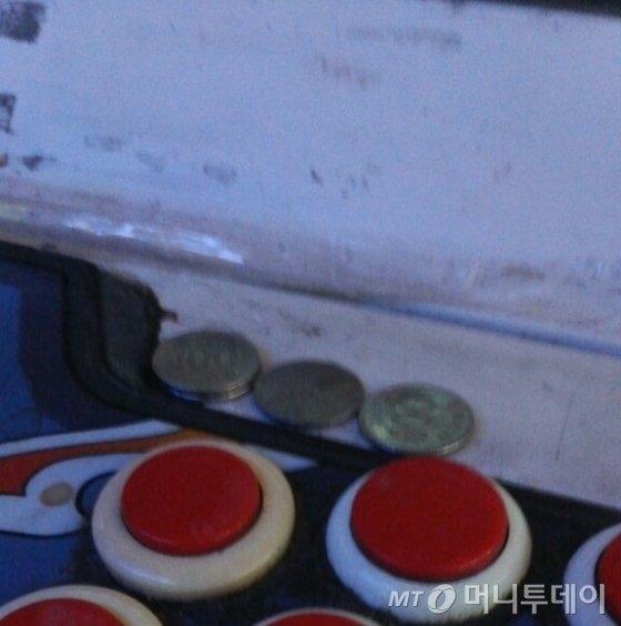 '동전 올려놓기'는 전국 어디에서나 통하는 규칙이다. 동전이 올려진 상태에서 게임을 끝마치면 패자는 자리를 비워야한다./사진=김종효 기자