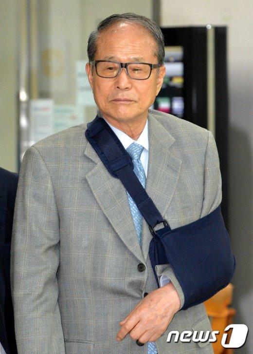 [사진]굳은표정으로 법정향하는 이상득 전 의원
