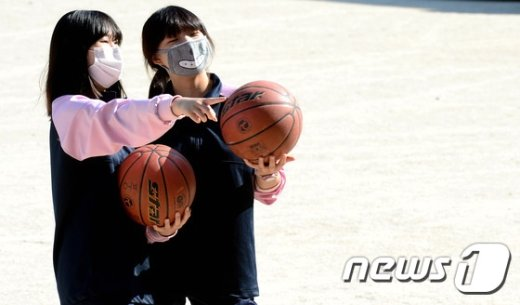 체육수업 중인 여고생들./뉴스1 © News1 박정호 기자